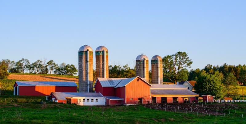 Lantgård på soluppgång i lantliga Pennsylvania arkivbild