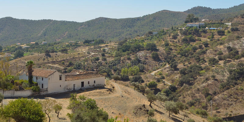 Lantgårdar och berg runt om Carratraca Andalucia Spanien arkivfoton