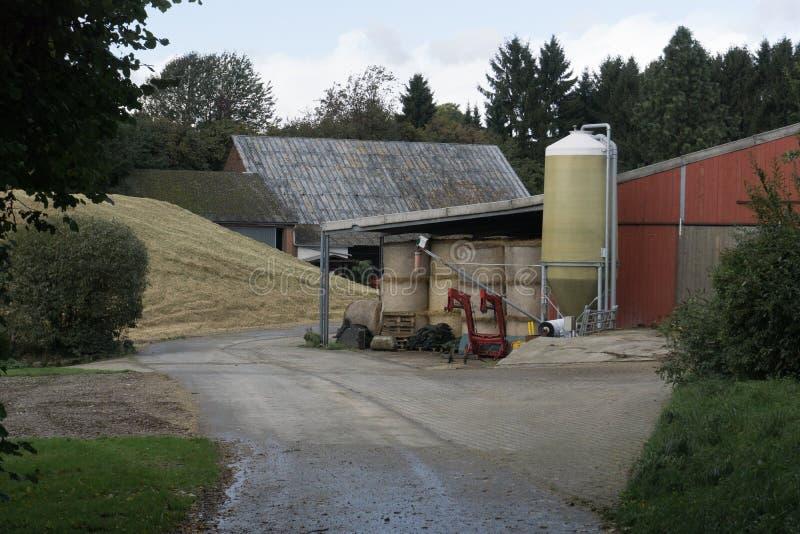 Lantgårdbyggnader med kornlagring royaltyfria bilder
