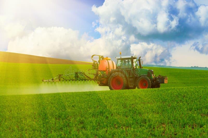 Lantgårdmaskineri som besprutar insekticid arkivfoto