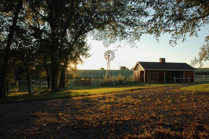 lantgårdsoluppgång arkivfoton