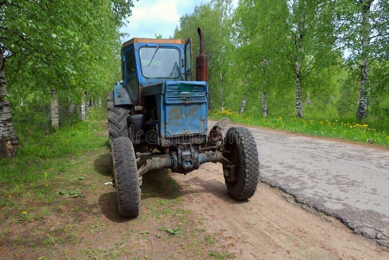 Lantgårdtraktor som parkeras på sidan av vägen arkivbilder