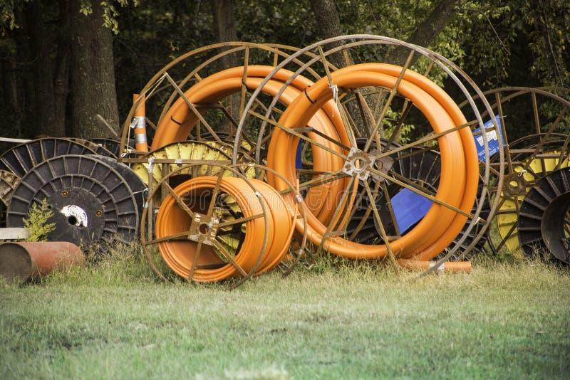Lantgårdutrustning med apelsinrundahjul arkivfoto