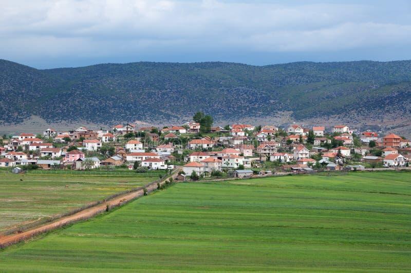 Lantlig by av Pustec, sjö Prespa, Albanien arkivbild