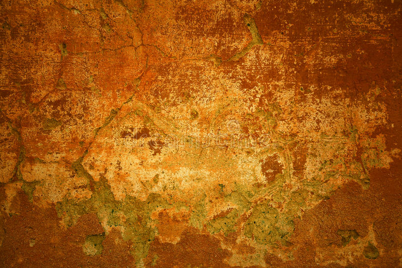 lantlig bakgrund Morotsfärgad ljus vägg med sprickor Fragment av den gamla stenväggen royaltyfria bilder