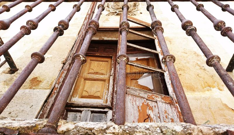 Lantlig balkong med ett härligt gammalt obebott hus arkivbilder