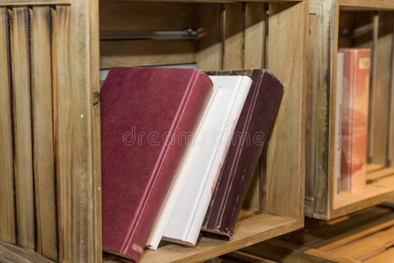 Lantlig bokhylla - detalj arkivfoton