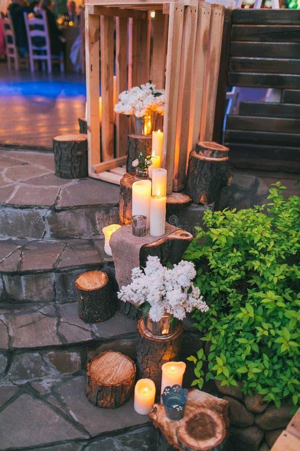 Lantlig bröllopdekor, dekorerad trappa med latringropar och lila arra arkivbilder