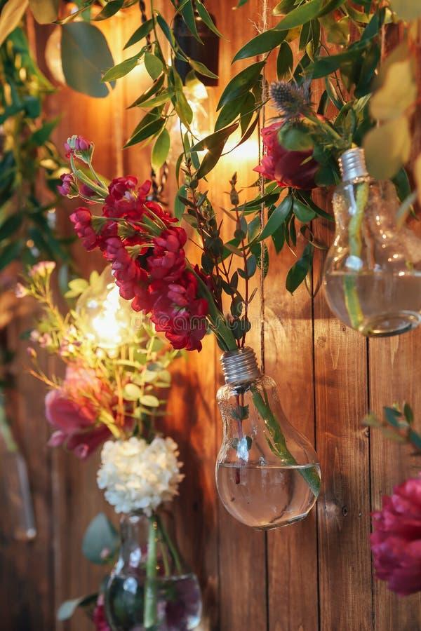 Lantlig bröllopfotozon Gjord hand - inkluderar när du gifta sig garneringar fotobåset röda blommor arkivbilder