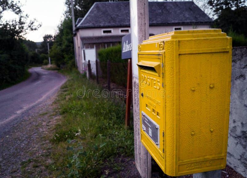 Lantlig brevlåda i Frankrike fotografering för bildbyråer