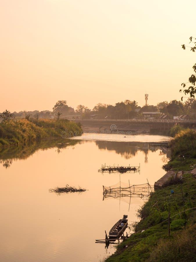 Lantlig flodstrandsikt av Thailand fotografering för bildbyråer