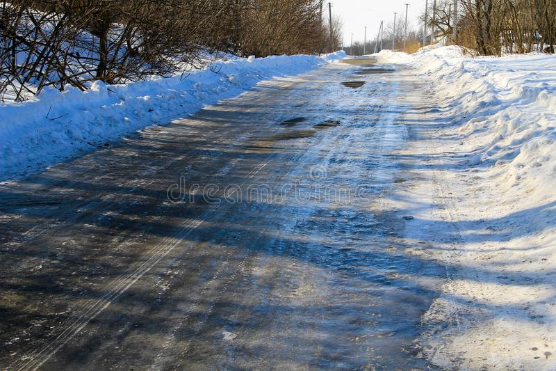 Lantlig fryst hal asfaltväg arkivbild