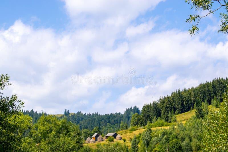 Lantlig gård med höstackar arkivbild