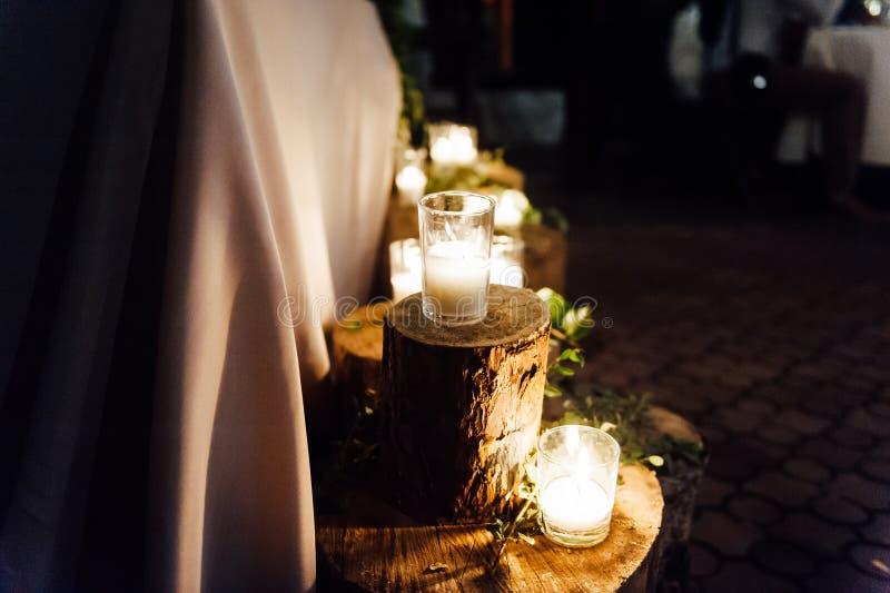 Lantlig gifta sig dekor på en timmerbakgrund Inställning för huvudsaklig tabell för brud- och brudgumnygifta personer arkivfoton