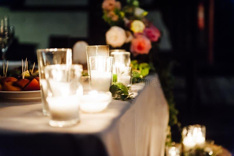 Lantlig gifta sig dekor på en timmerbakgrund Inställning för huvudsaklig tabell för brud- och brudgumnygifta personer royaltyfria foton