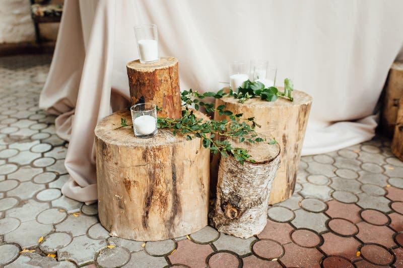 Lantlig gifta sig dekor på en timmerbakgrund Inställning för huvudsaklig tabell för brud- och brudgumnygifta personer royaltyfria bilder