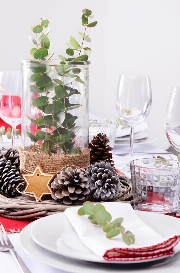 Lantlig julhöjdpunkt för matställeställeinställning royaltyfria foton