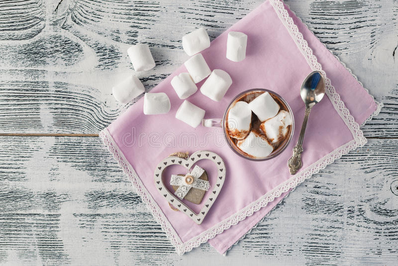 Lantlig julhjärta på trätabellen och socker arkivbild