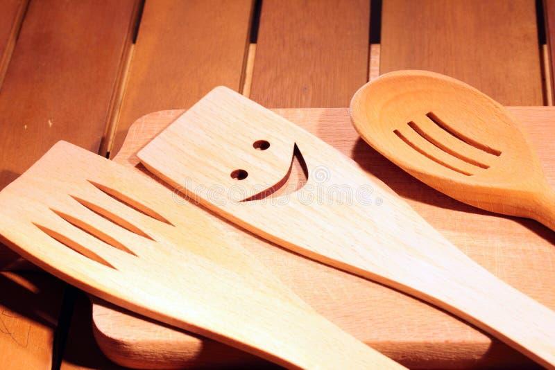 Lantlig köksgeråd på den tappning planked wood tabellen arkivfoto