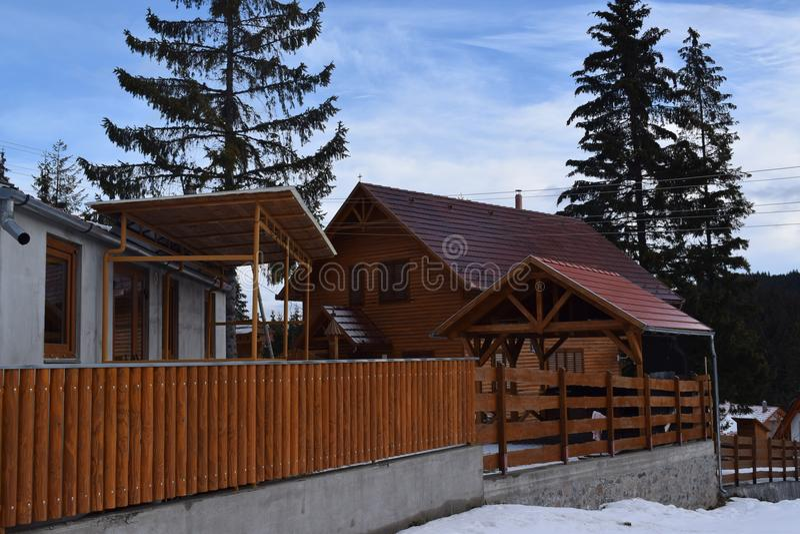 Lantlig kabin vid bergsidan royaltyfri foto