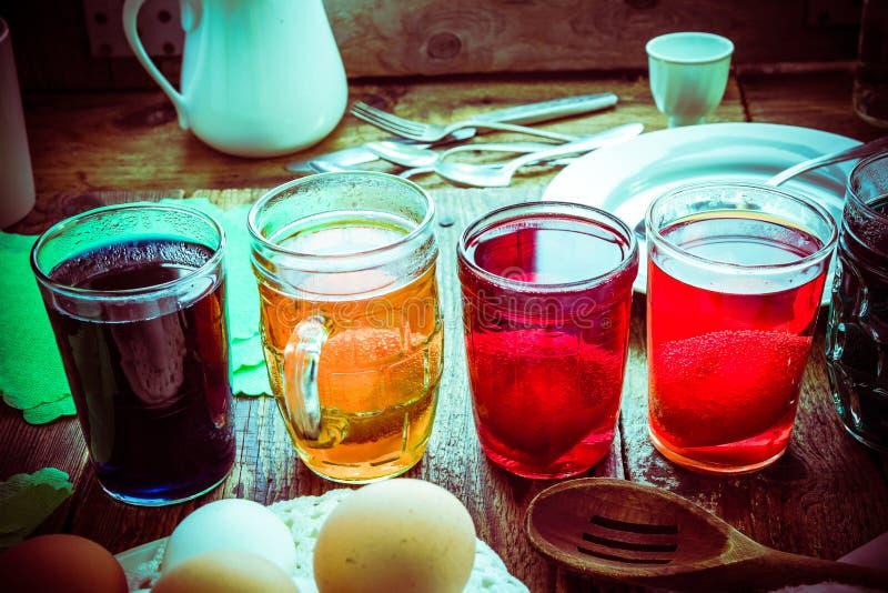 Lantlig koja för kulör äggträtabell fotografering för bildbyråer