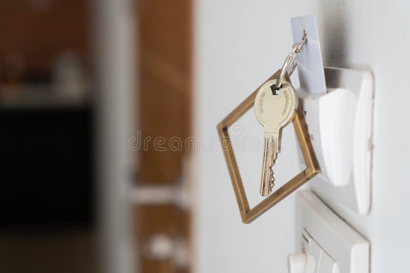 Lantlig koppartangent med det nyckel- kortet för hotellsemesterortbrunnsort arkivfoto
