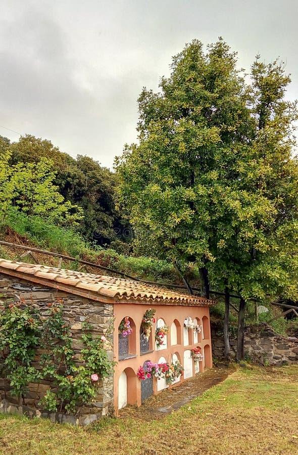 Lantlig kyrklig kyrkog?rd Catalonia arkivbild