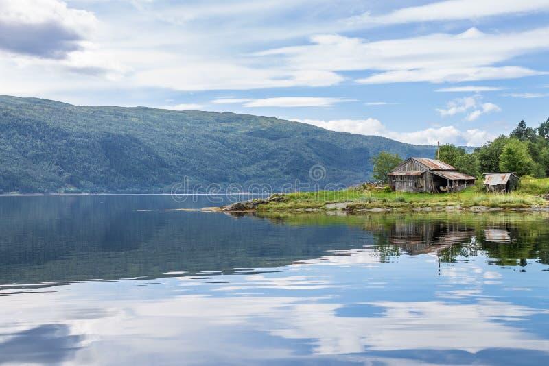 Lantlig ladugård på lakefront royaltyfri foto