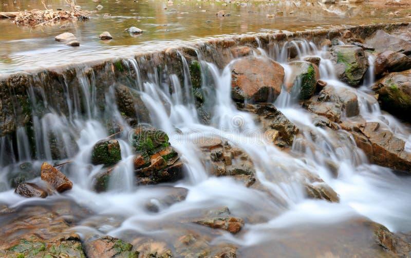 Lantlig liten vattenfall, srgbbild arkivfoto