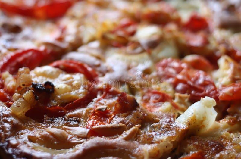 Download Lantlig pizza med tomater fotografering för bildbyråer. Bild av closeup - 78726361