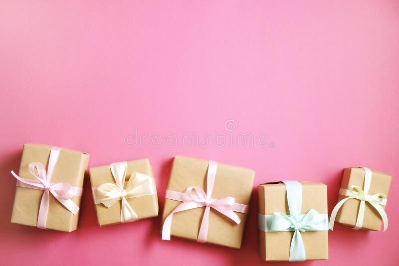 Lantlig sammansättning med gruppen av härliga gåvor i pappers- inpackning för hantverk Slut upp av många gåvor i brun sjal med ba arkivfoto