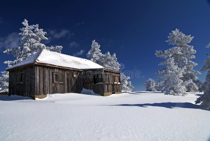 lantlig snow för hus arkivbilder