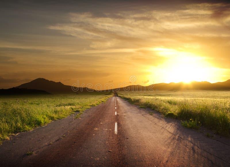 lantlig solnedgång för brännhet väg royaltyfri fotografi