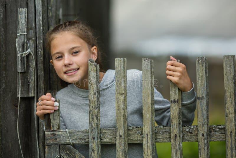 Lantlig stående av en lycklig liten tonårig flicka arkivfoto