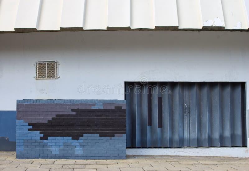 lantlig stads- vägg för förfalldesigndörr royaltyfri bild