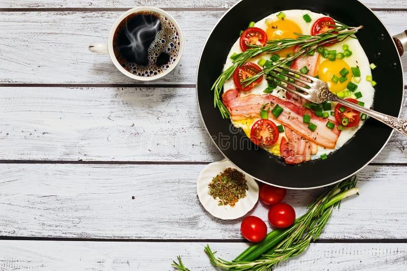 Lantlig stil för traditionell frukost arkivbilder