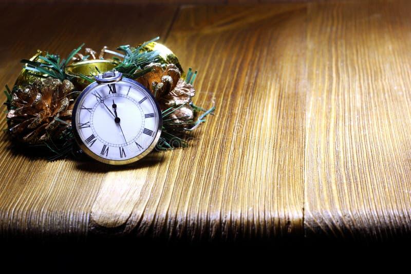 Lantlig stilleben för jul midnight deltagare f?r champagnenedr?kninggrejer till Retro-stil klockor som räknar de sista minuterna  fotografering för bildbyråer