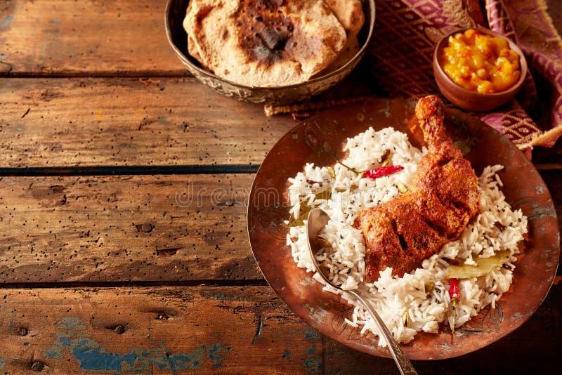 Lantlig tabelluppsättning med indisk kokkonst av höna royaltyfri bild