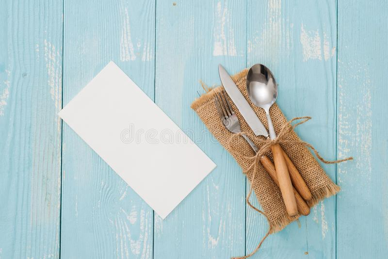 Lantlig tappninguppsättning av bestickkniven, sked, gaffel Blå backgroun fotografering för bildbyråer