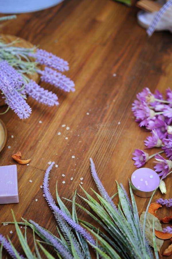 Lantlig träbakgrund med aromatiska ängörter och lavendel, organiskt begrepp för kroppomsorg, fotografering för bildbyråer