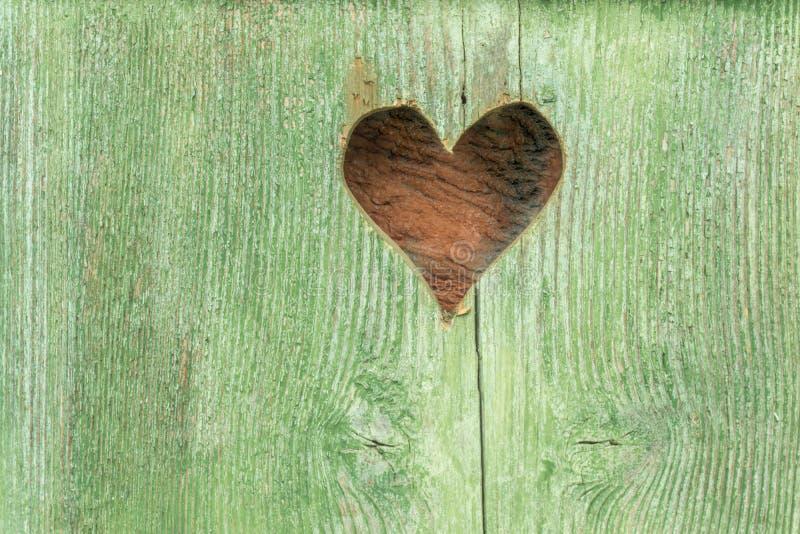 Lantlig trädörr med en hjärta royaltyfri foto