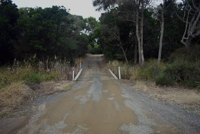 Lantlig väg för enkel gränd med träbron arkivbilder