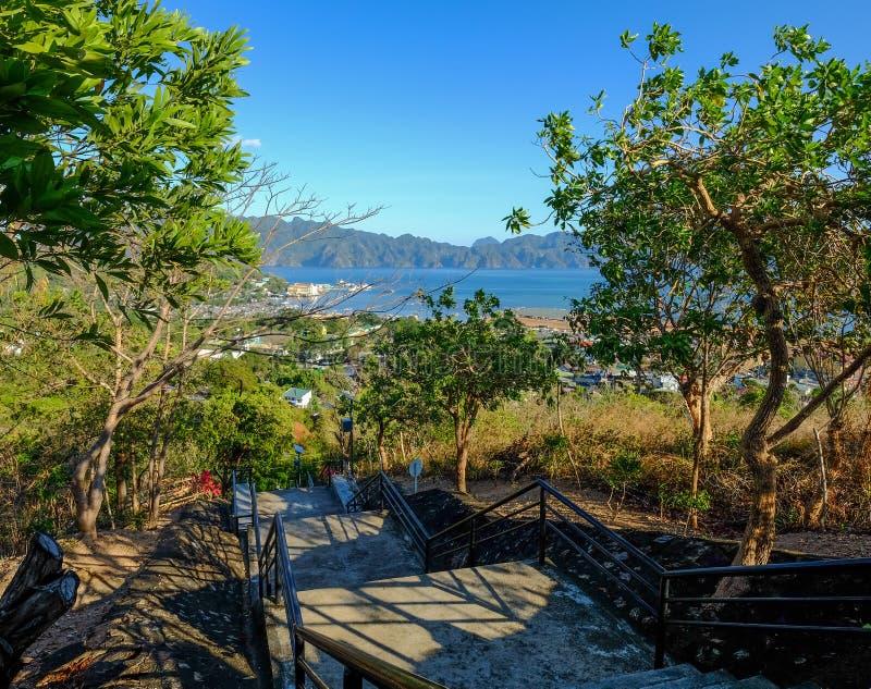 Lantlig väg till kullen på den Coron ön royaltyfri fotografi