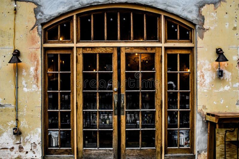 Lantlig välvd dörröppning - Janesville, WI arkivbild