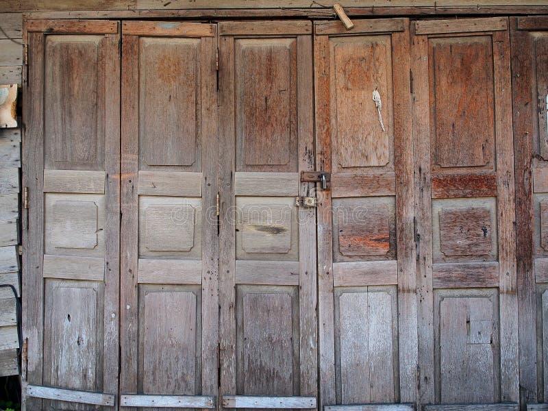 Lantlig wood dörr royaltyfri bild