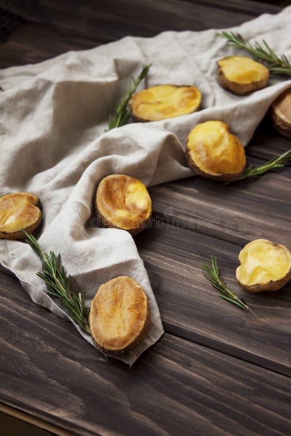 Lantliga bakade potatisar med rosmarin arkivbild