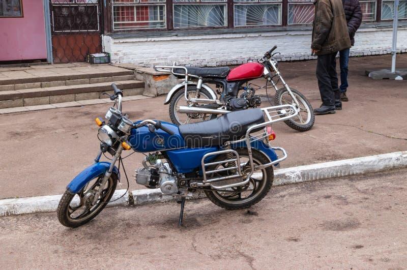 Lantliga cyklistmopeds, aktiv livsstil royaltyfria foton