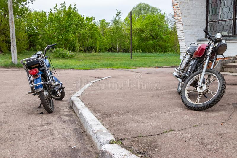 Lantliga cyklistmopeds, aktiv livsstil arkivbilder