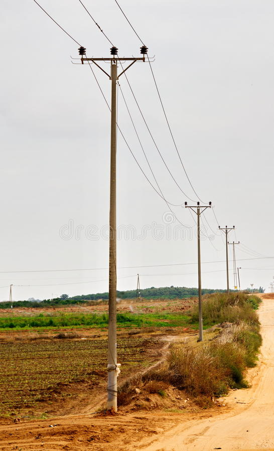 Lantliga elektricitetspyloner i Israel royaltyfri bild