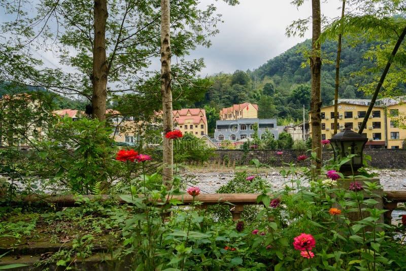 Lantliga flodstrandbyggnader på kullefoten, i att blomma höst på cl royaltyfria bilder